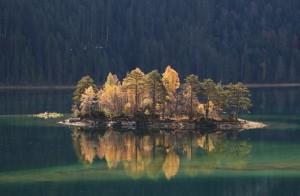 На озере остров