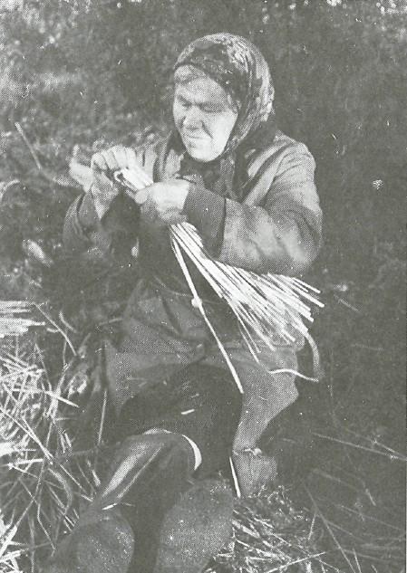 Мастерица А.А. Силкина «вяжет» куклу из соломы