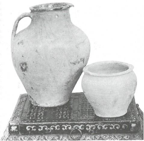 Глиняные сосуды для воды (кобушка) и для сметаны (макитра). 1930-е годы.